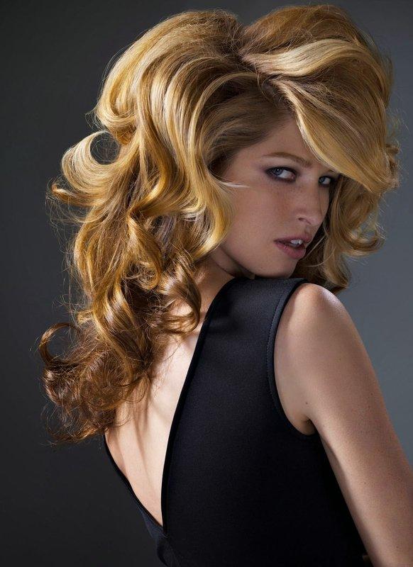 Укладка средней длины волос в виде локонов