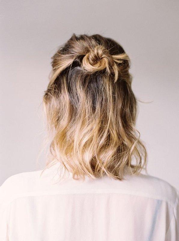 Девушка с укладкой волос в виде пучка