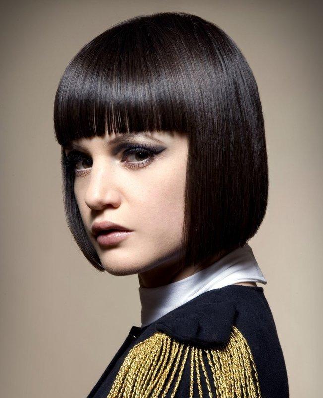 Девушка с прямыми волосами в сочетании с челкой до бровей