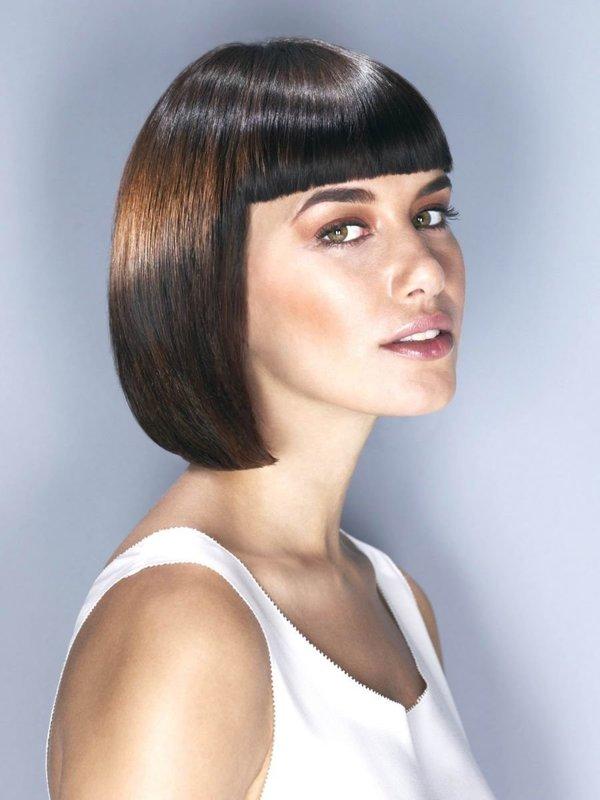 Классическое каре на средние волосы с челкой