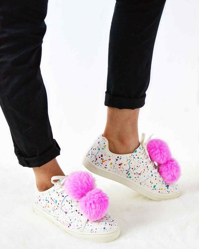 Девушка в кроссовках с помпонами