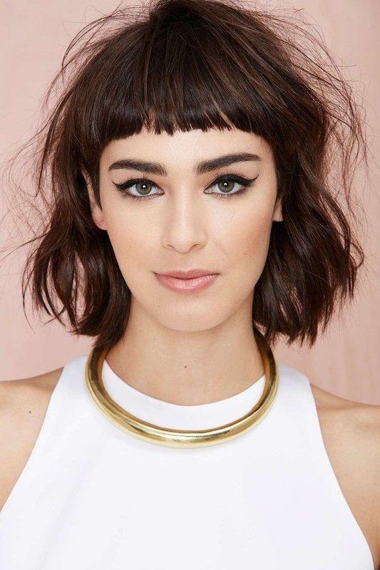 """Девушка с ультракороткой челкой в сочетании со стрижкой """"прямой срез"""" на вьющиеся волосы"""