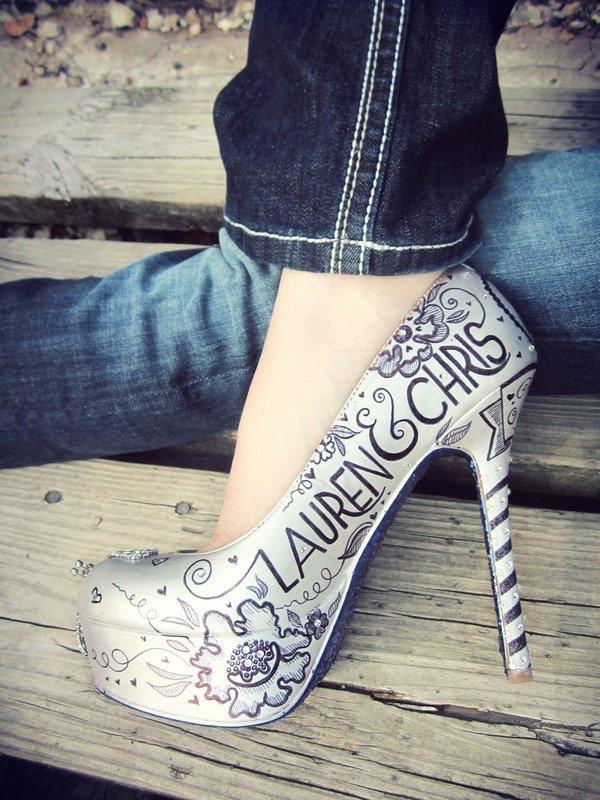 Девушка в туфлях с художественной росписью