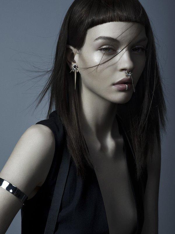Девушка с ровными прямыми волосами и дугообразной ультракороткой челкой