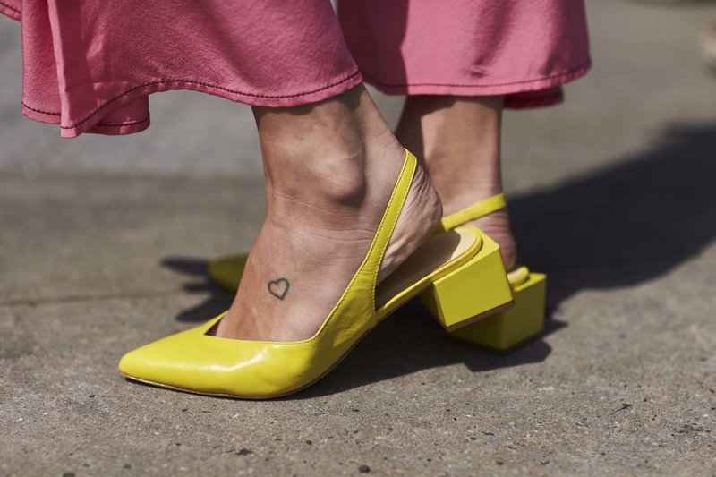 Желтые туфли на низком каблуке