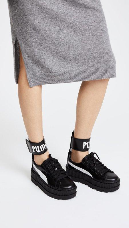 Девушка в кроссовках на толстой платформе с ремешком