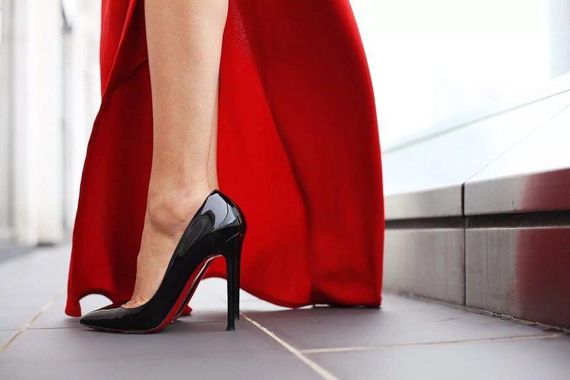 Черные туфли с красной подошвой