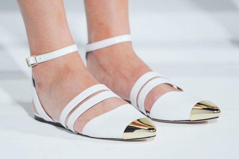 Белые туфли на плоской подошве