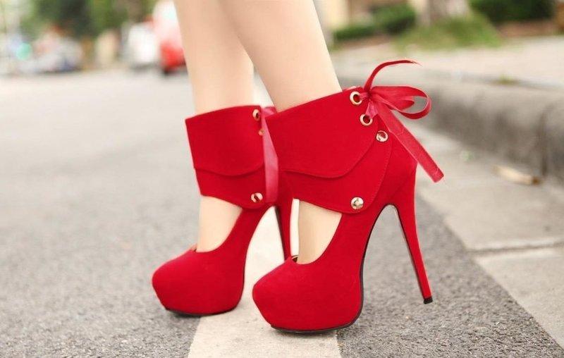 Оригинальные красные туфли