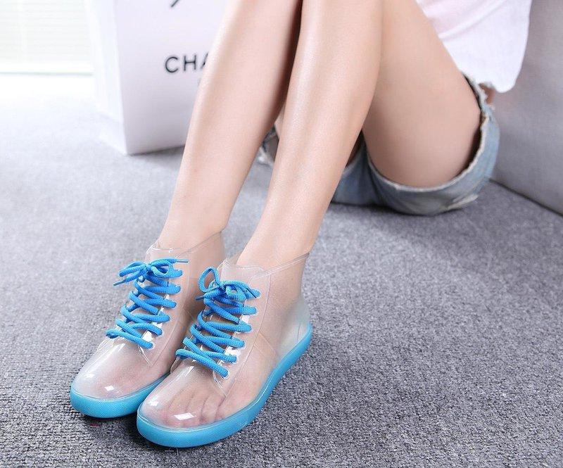 Девушка в прозрачных ботинках