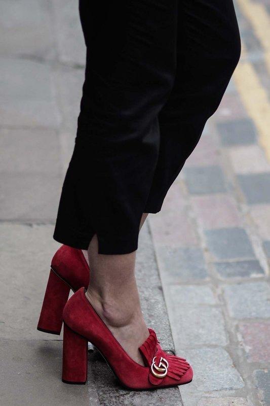 Девушка в лоферах на высоком каблуке