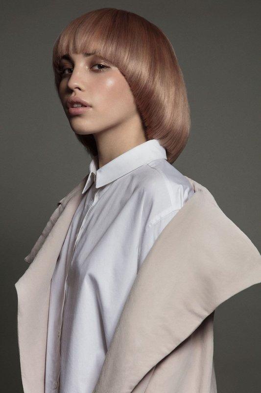 Девушка со стрижкой паж и прямой челкой