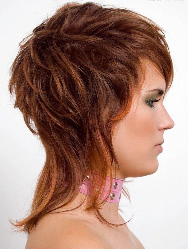 Девушка со стрижкой аврора на вьющихся волосах