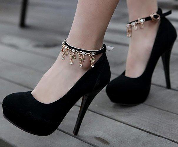 Украшение на ремешке туфель