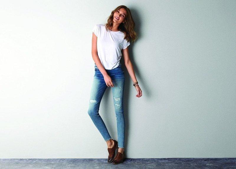 Красивая девушка в джинсах скинни