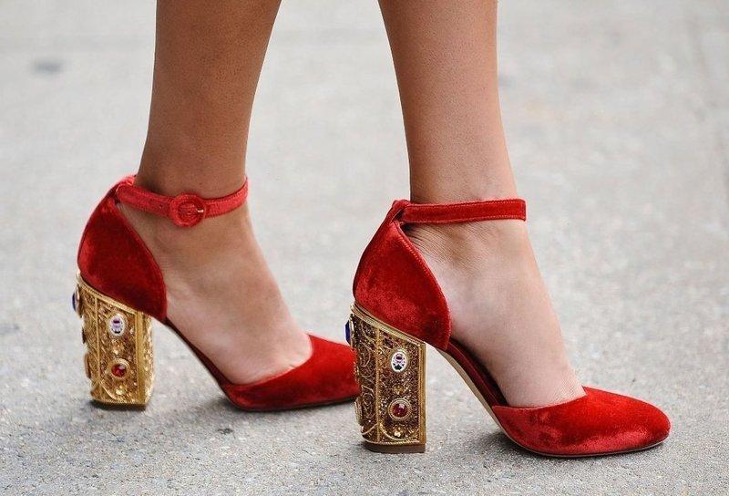 Красные туфли с ремешком и необычным каблуком