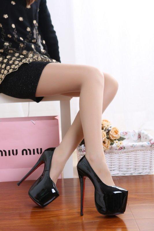 Девушка в черных туфлях с платформой на носке