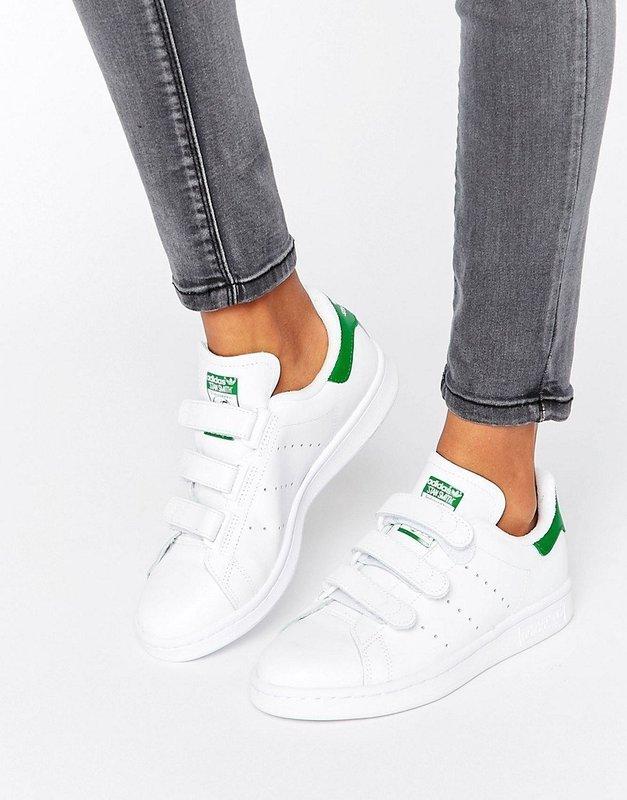Девушка в кроссовках на липучках