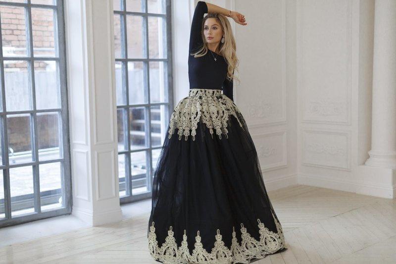 Платье с пышной юбкой и вышивкой