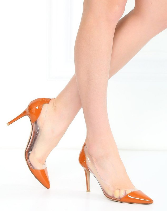 Девушка в туфлях-лодочки с прозрачным верхом