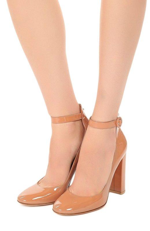 Девушка в туфлях с ремешком на щиколотке