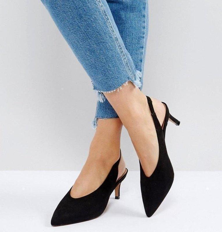 Девушка в туфлях с заостренным носком и ремешком на пятке