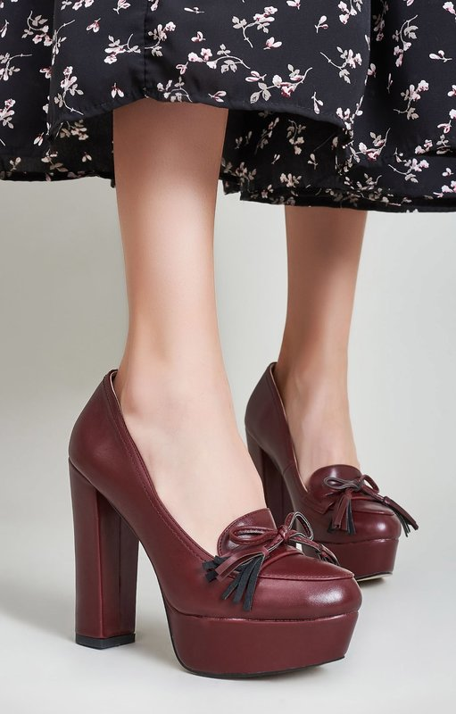 Девушка в туфлях на платформе и толстом каблуке