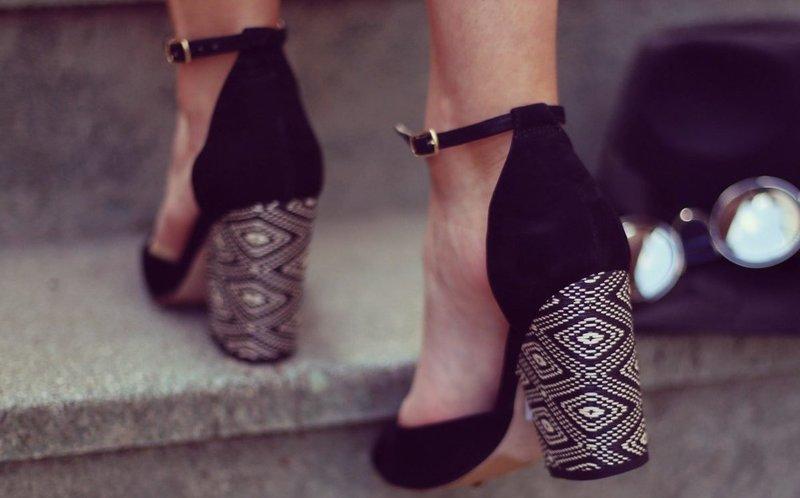 Черные туфли с плетеным каблуком