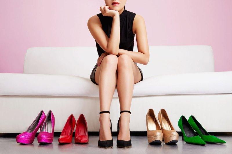 Девушка выбирает модную обувь