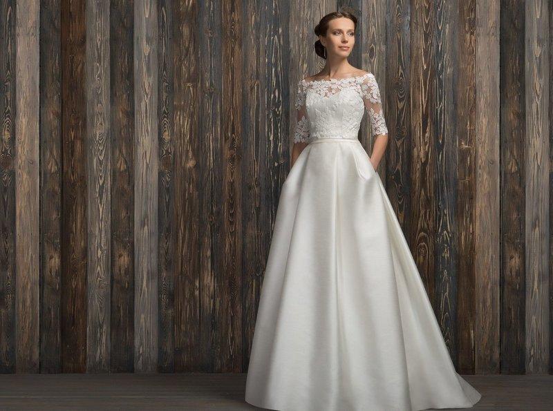 Платье с кружевом и рукавами