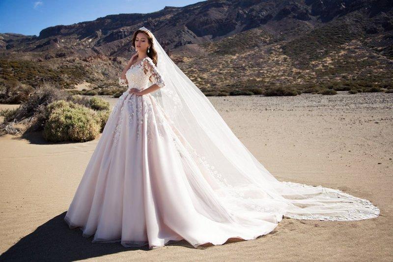 Свадебное платье с аппликациями