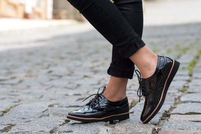 Черная модель обуви с лакированной кожей