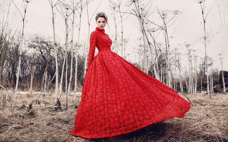 Красное платье с пышной юбкой