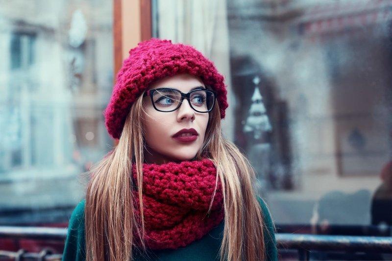 Модная вязаная шапка и шарф