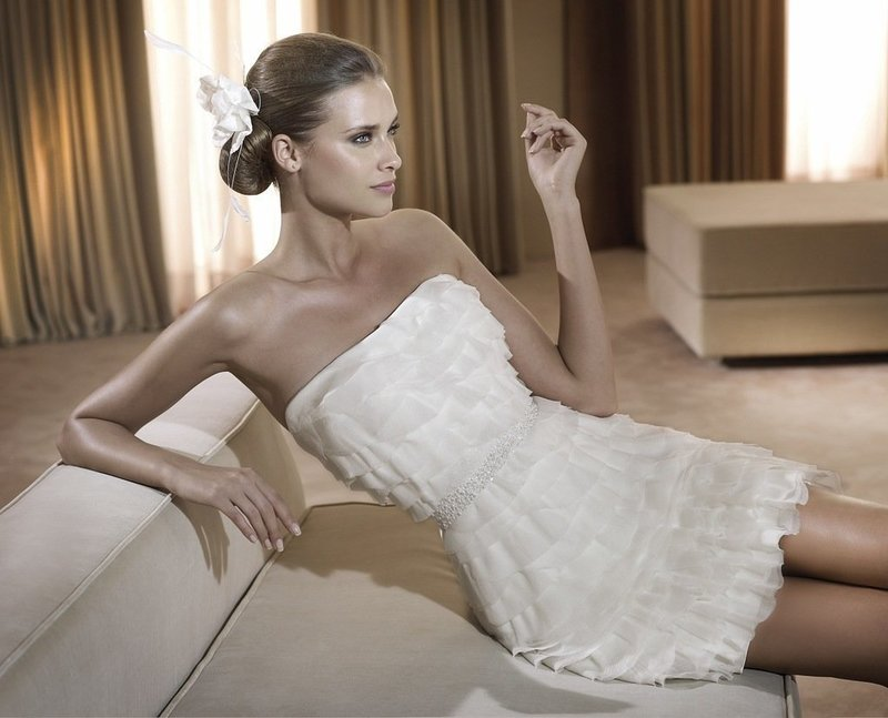 Необычное короткое свадебное платье