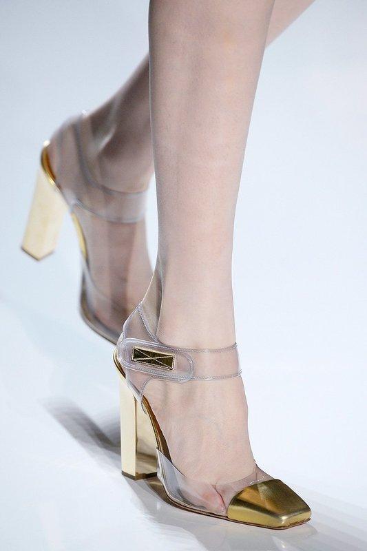 Девушка в туфлях с прозрачным верхом