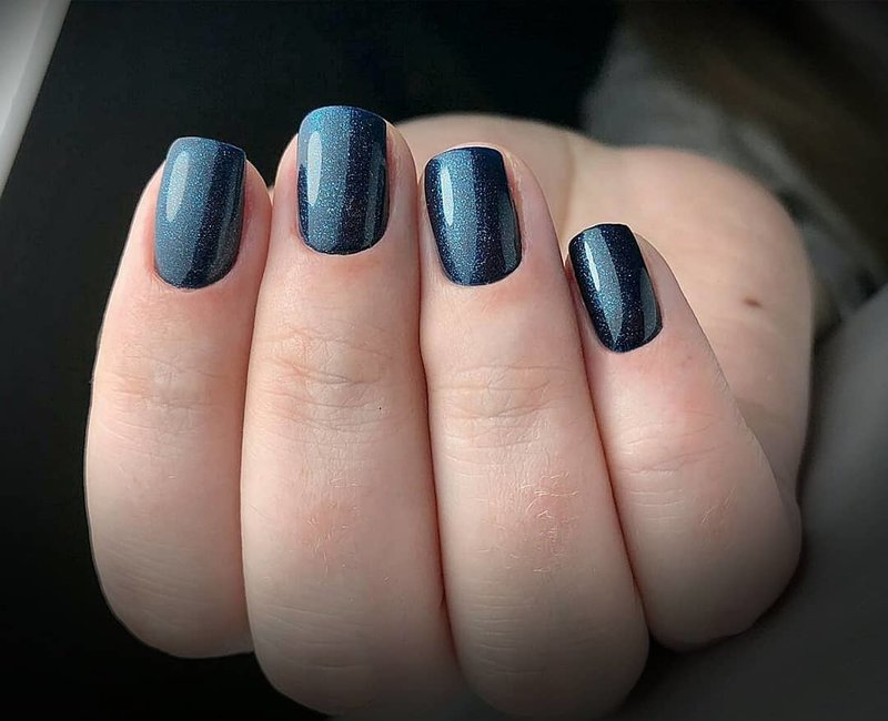 Темное-синие ногти с блестками