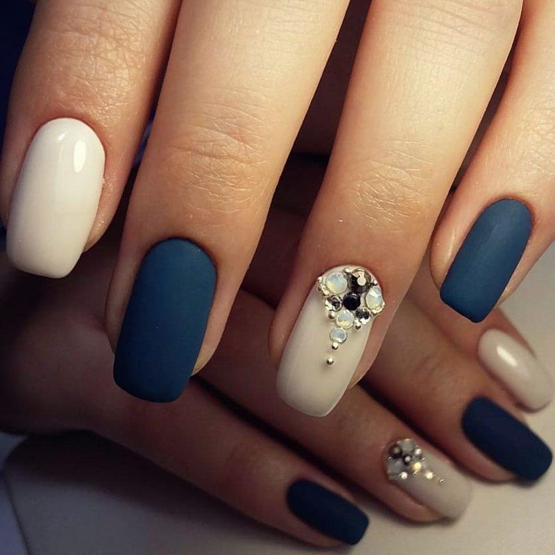Матовые темно-синие ногти со стразами