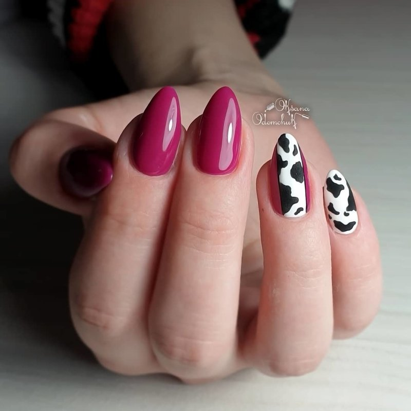 Острые ногти цвета фуксия с дизайном