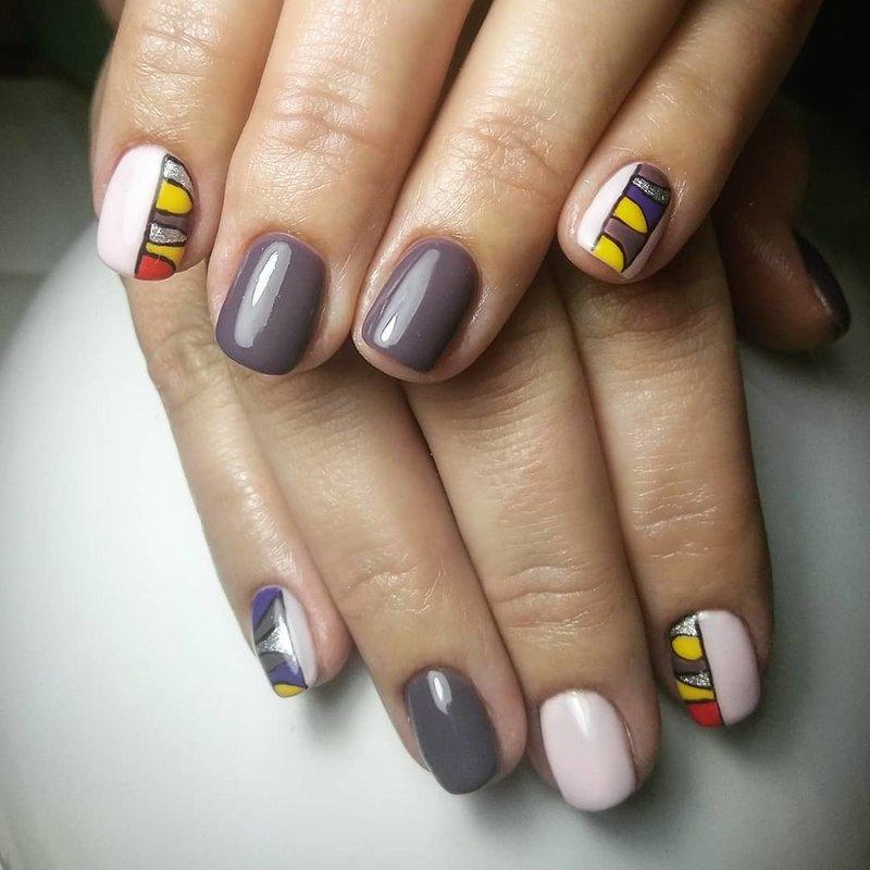 Мозаика на ногтях в серых тонах