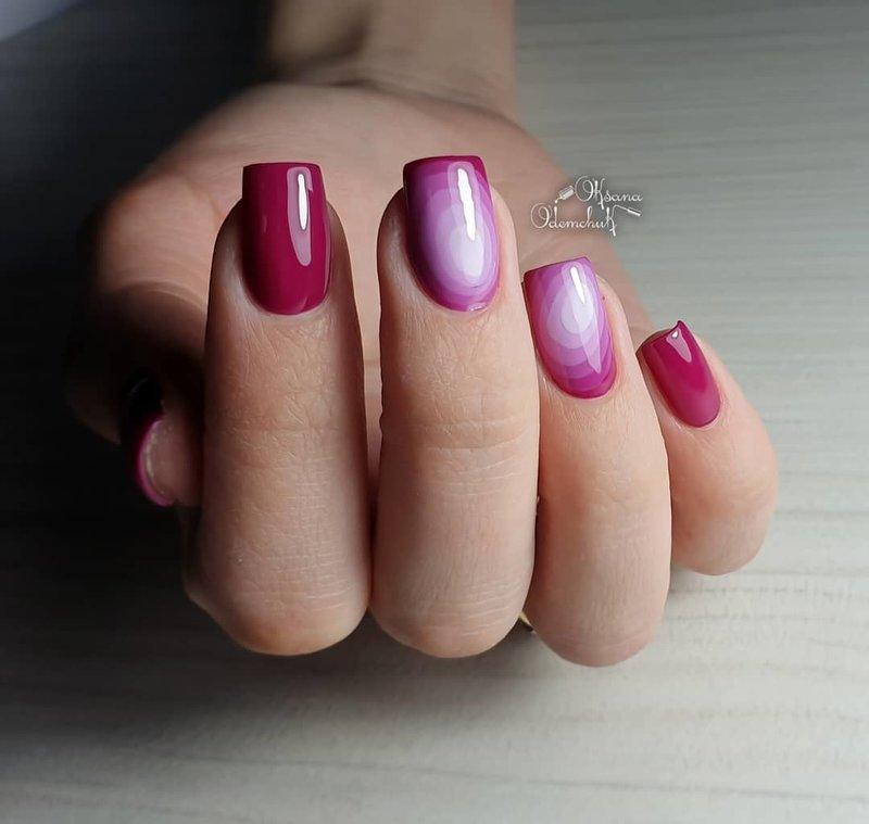 Квадратные ногти цвета фуксия с дизайном