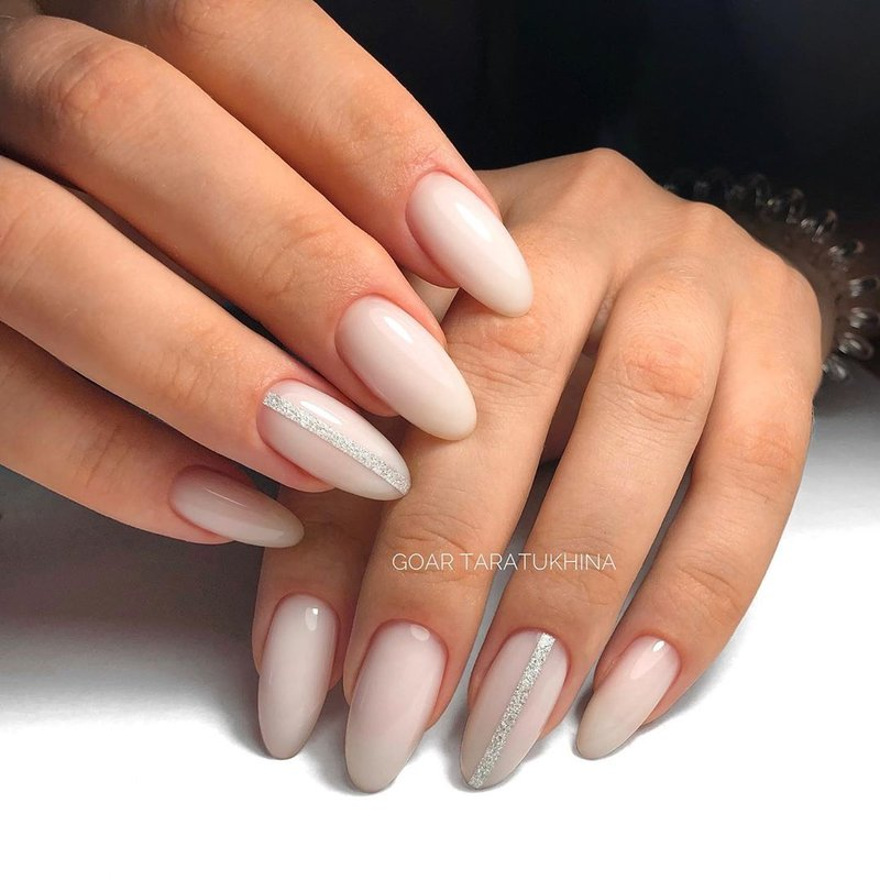 Длинные миндалевидные ногти и молочный маникюр