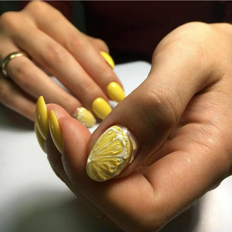 Летний маникюр с лимонами