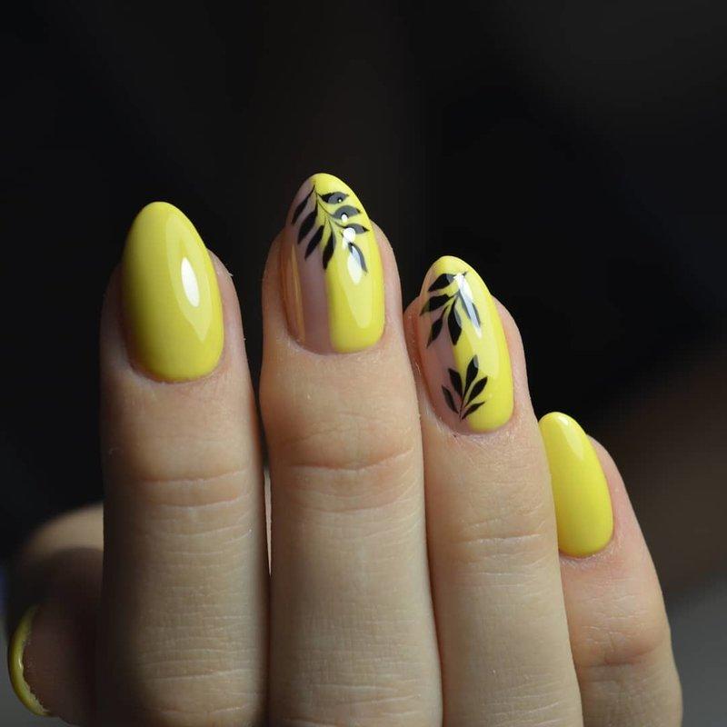 Тропический дизайн на желтом маникюре