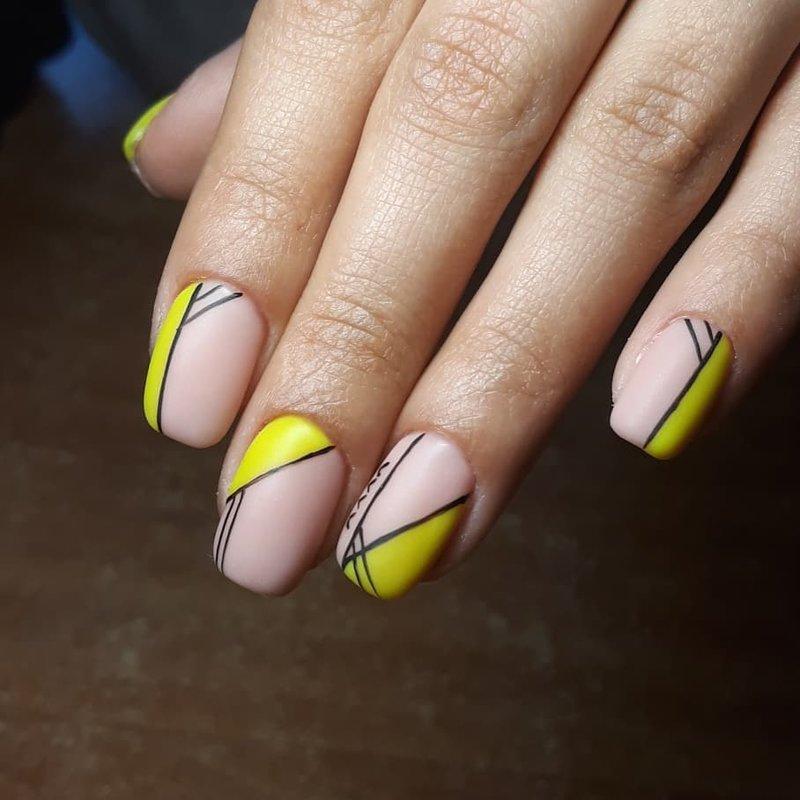 Геометрия с неоновым цветом на ногтях