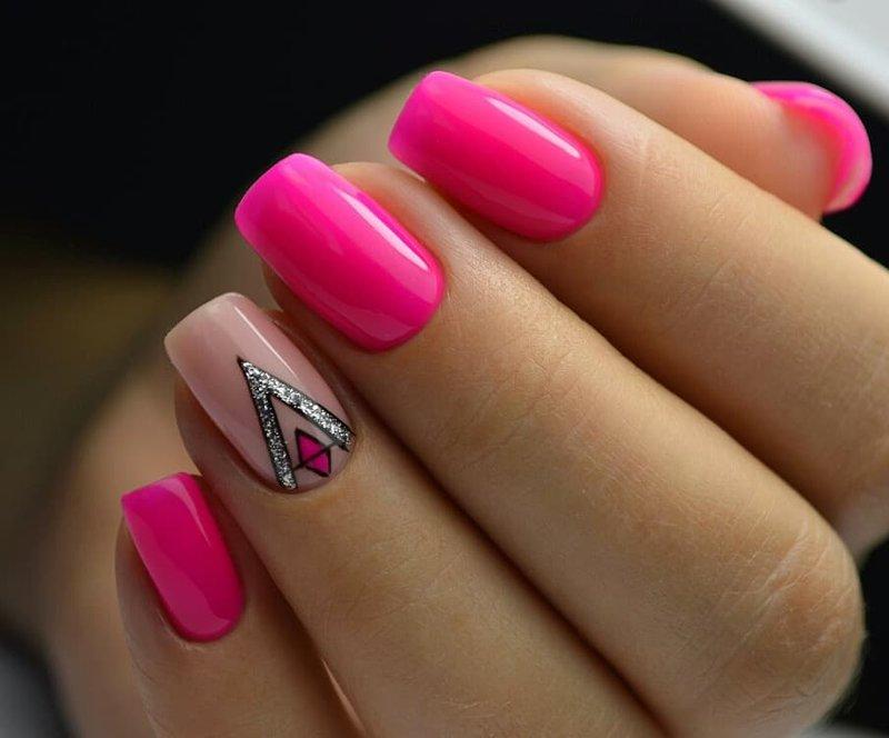 Неоновый розовый маникюр с дизайном