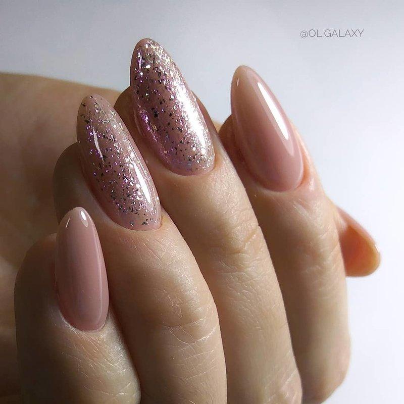 Нюдовые ногти с глиттером