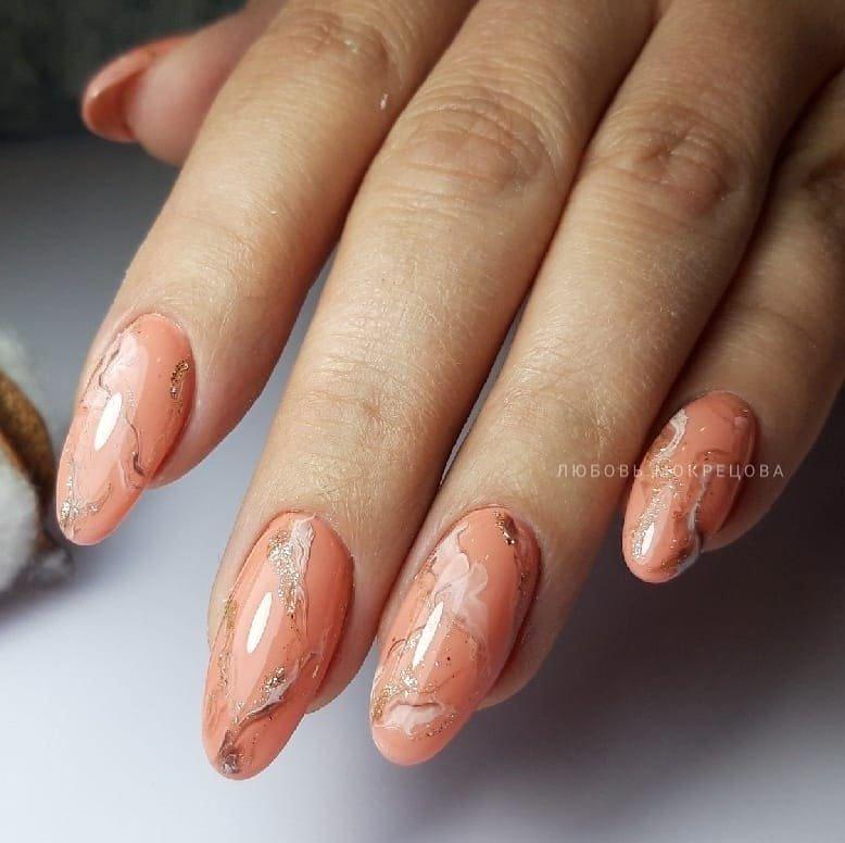 Рыжие мраморные ногти