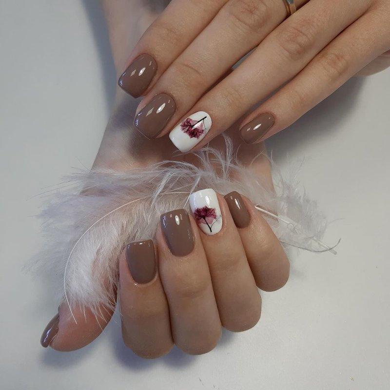 Бежевые ногти и один белый