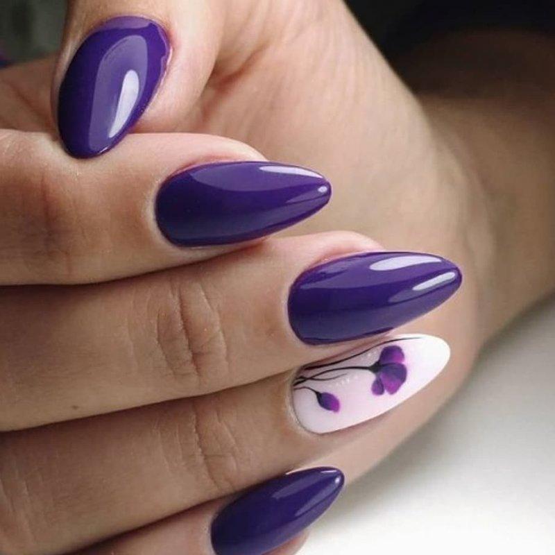 Фиолетовый маникюр с минималистичными цветами